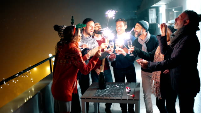 silvester party auf dem dach. - balkon stock-videos und b-roll-filmmaterial