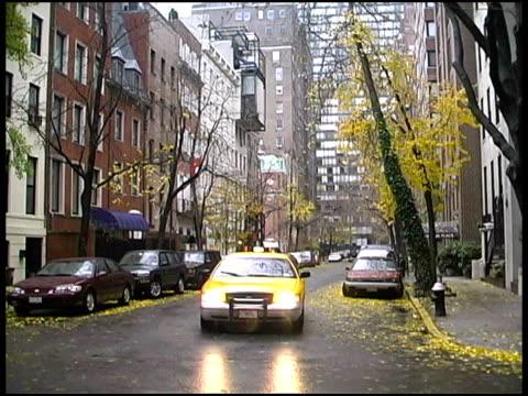 stockvideo's en b-roll-footage met new york: autumn / fall manhattan neighborhood - minder dan 10 seconden