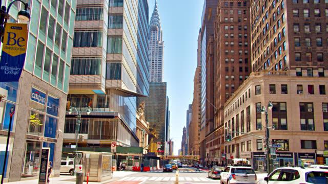 vidéos et rushes de new york avenue. bank. shopping street - établissement financier