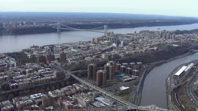 new york city aerial landscape: harlem and washington heights with the george washington bridge. - 公営アパート点の映像素材/bロール