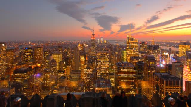 ニューヨーク市の空から見た夕暮れの街並み - ロックフェラーセンター点の映像素材/bロール