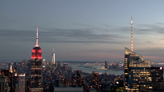 vídeos de stock, filmes e b-roll de vista aérea do horizonte da cidade de nova york ao anoitecer - centro rockefeller