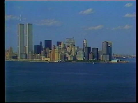 vídeos de stock e filmes b-roll de new york city: air view statue of liberty with manhattan skyline in f/g track air view as along past skyscrapers & world trade centre towers air view... - world trade center manhattan