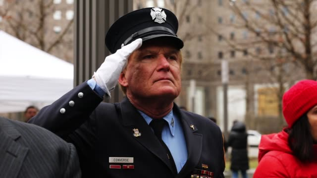 vidéos et rushes de new york city and port authority police officers attend a ceremony at the national september 11 memorial for those killed in the february 26 1993... - cérémonie