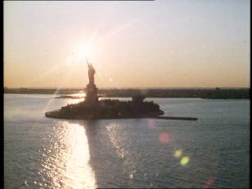 1982 new york city at dusk - statue of liberty new york city 個影片檔及 b 捲影像