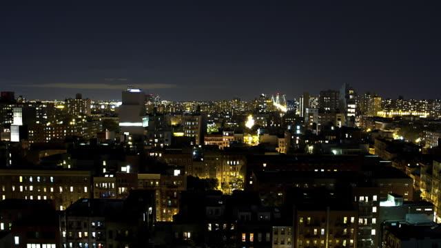 vídeos de stock, filmes e b-roll de t/l new york city at night with view of the williamsburg bridge - williamsburg new york