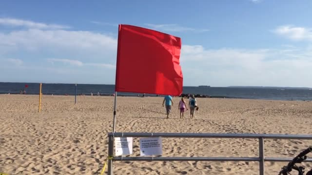 new york city beaches were closed due to rip currents caused by post-tropical cyclone hermine. sots, wide, medium & close of beach and surroundings. - 破れている点の映像素材/bロール