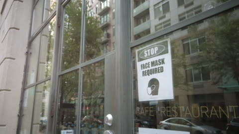 vidéos et rushes de new york city coronavirus business and public health signage - signalisation