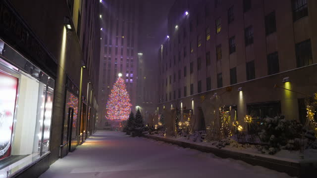 new york city – december 16 2020: first winter snowstorm hits new york city at rockefeller center, amidst the covid-19 pandemic during the winter... - rockefeller center christmas tree stock videos & royalty-free footage