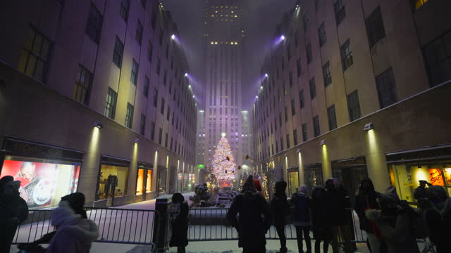 new york city – december 16 2020: first winter snowstorm hits new york city in front of rockefeller center, amidst the covid-19 pandemic during the... - rockefeller center christmas tree stock videos & royalty-free footage