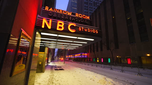 new york city – december 17 2020: first winter snowstorm hits new york city in front of nbc studios, amidst the covid-19 pandemic during the winter... - nbcuniversal stock videos & royalty-free footage