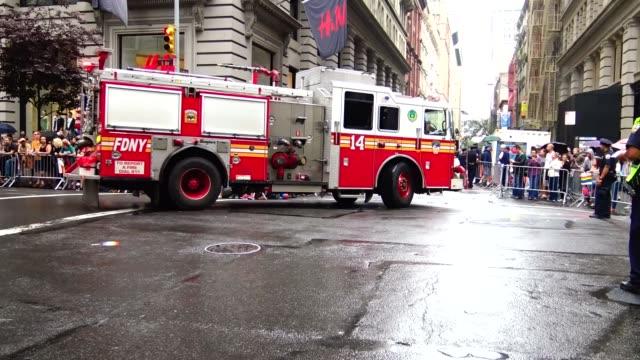 vídeos de stock e filmes b-roll de new york city fire department fire truck exits the annual new york city gay pride parade / the parade celebrates the supreme court decision to... - planeamento civil de emergência