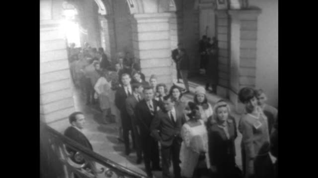 vídeos y material grabado en eventos de stock de ext new york city hall building / int people standing in line to go upstairs / cameraman turns camera / looking down at the crowd of extras / crew... - mary tyler moore