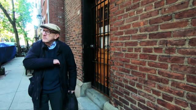 年配の男性のためのニューヨーク市の生活 - one senior man only点の映像素材/bロール