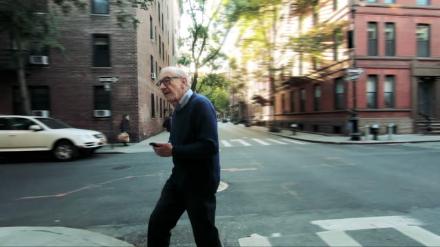 vídeos de stock e filmes b-roll de new york city life for a senior man - homens adultos