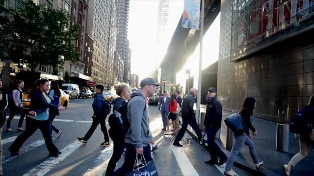 new york city manhattan street scene of people commuting. urban lifestyle background - überqueren stock-videos und b-roll-filmmaterial