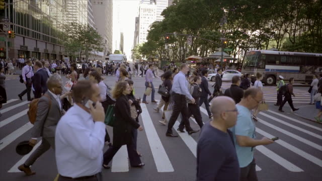 vidéos et rushes de new york city manhattan street scene of people commuting. urban lifestyle background - piéton