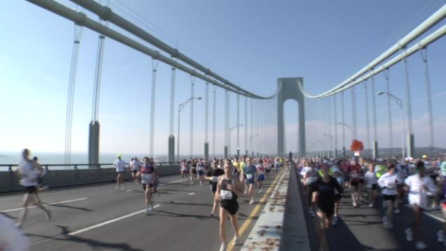 vídeos de stock, filmes e b-roll de ha ws new york city marathon participants running across verrazano-narrows bridge / new york, ny, usa - maratona