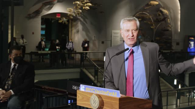 new york city mayor bill de blasio. a new vaccination site at the american museum of natural history opens in the borough of manhattan in new york... - ビル・デ・ブラシオ点の映像素材/bロール