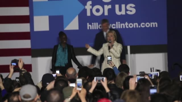 stockvideo's en b-roll-footage met new york city mayor bill de blasio and his wife chirlane mccray look on as democratic presidential candidate former secretary of state hillary... - presidentsverkiezing