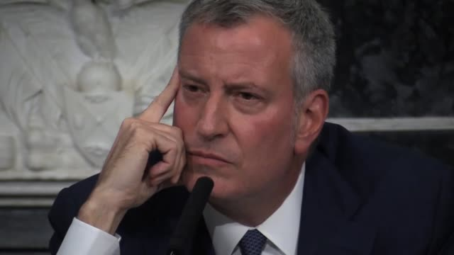 new york city mayor bill de blasio blue room press conference city hall about agents of the city. defends fundraising, soliciting donations and... - ビル・デ・ブラシオ点の映像素材/bロール