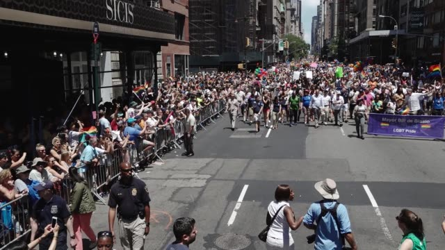 new york city mayor bill de blasio greets crowd during the annual new york city gay pride march via 5th avenue. the event begins on 5th ave and ends... - ビル・デ・ブラシオ点の映像素材/bロール