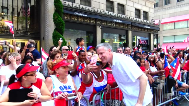 new york city mayor bill de blasio greets crowd during the annual puerto rican day parade on 5th avenue, manhattan, new york city, usa - ビル・デ・ブラシオ点の映像素材/bロール