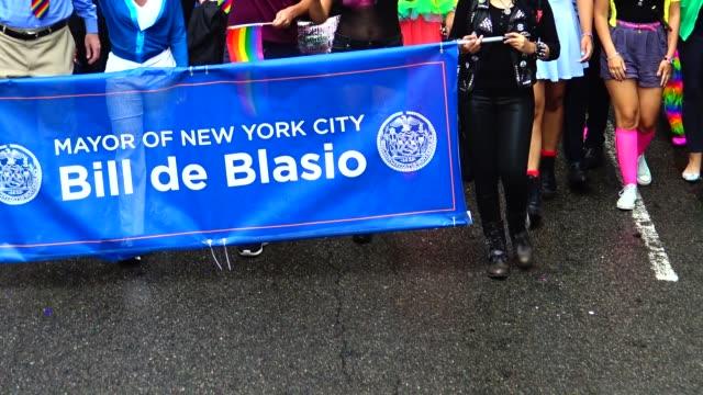 vidéos et rushes de new york city mayor, bill de blasio, greets crowd during the new york city gay pride parade / the parade celebrates the supreme court decision to... - social justice concept