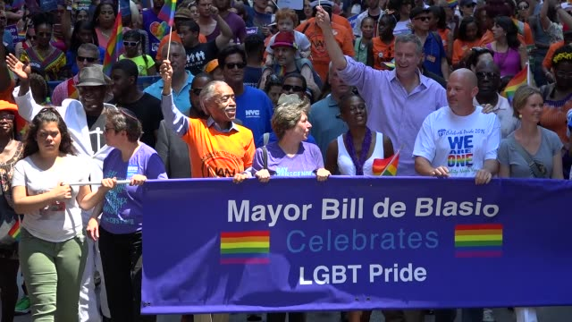 new york city mayor bill de blasio greets crowd during the new york city gay pride parade 2016 / 5th avenue manhattan new york city usa - bürgermeister stock-videos und b-roll-filmmaterial