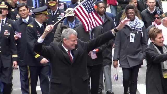 new york city mayor bill de blasio greets parade spectators during the annual veterans day parade via 5th avenue in manhattan, new york city, usa - ビル・デ・ブラシオ点の映像素材/bロール