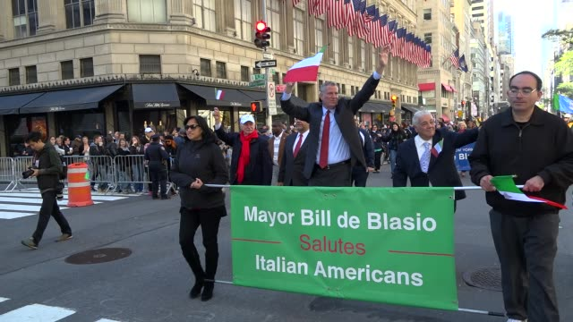 new york city mayor bill de blasio greets spectators during the annual columbus day parade via 5th avenue in manhattan new york city usa - bürgermeister stock-videos und b-roll-filmmaterial