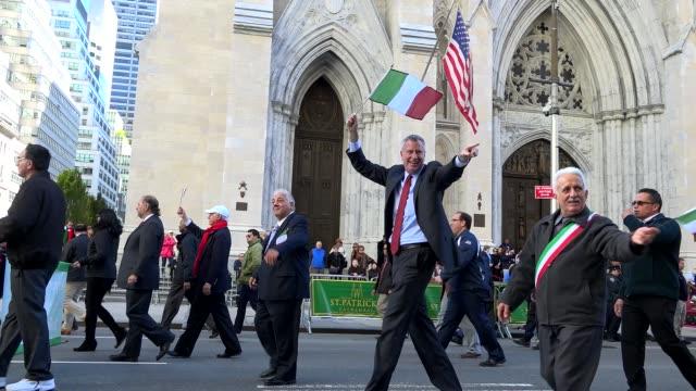 new york city mayor bill de blasio greets spectators during the annual columbus day parade via 5th avenue in manhattan, new york city, usa - ビル・デ・ブラシオ点の映像素材/bロール