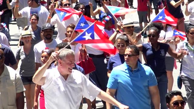 new york city mayor bill de blasio marches during the puerto rican day parade on june 12, 2016 in new york city, 5th avenue, manhattan, usa - ビル・デ・ブラシオ点の映像素材/bロール