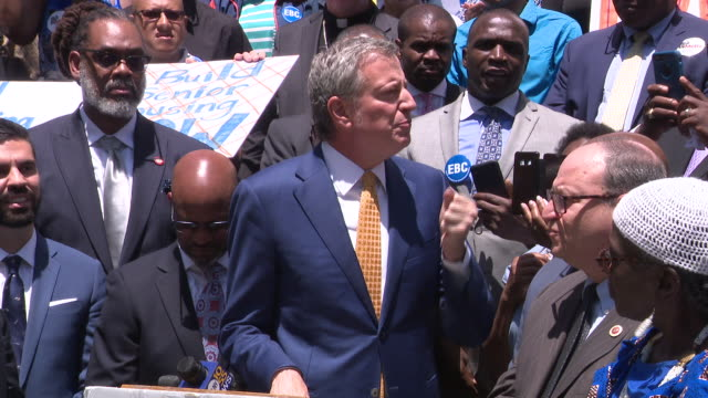 new york city mayor bill de blasio speaks to residents about the accessibility of affordable housing outside city hall. de blasio expressed his... - ビル・デ・ブラシオ点の映像素材/bロール