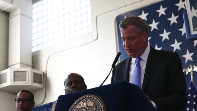 new york city mayor bill deblasio attends a press conference to announce the city will not appeal a judge's ruling that the police tactic... - pressekonferenz stock-videos und b-roll-filmmaterial