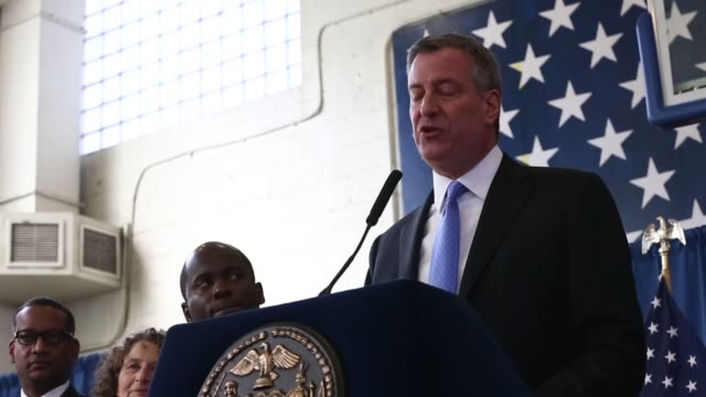 new york city mayor bill deblasio attends a press conference to announce the city will not appeal a judge's ruling that the police tactic... - ビル・デ・ブラシオ点の映像素材/bロール