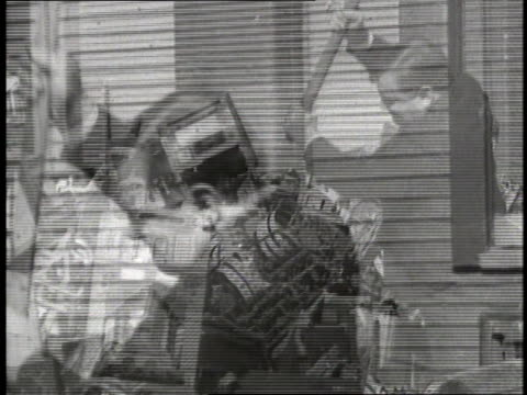 new york city mayor fiorello laguardia uses a sledgehammer to smash slot machines. - anno 1934 video stock e b–roll