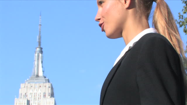 new york city, new york, usabusiness persons are talking in front of the empire state building - kompletter anzug stock-videos und b-roll-filmmaterial