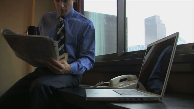 vidéos et rushes de new york city, new york, usaone business man is reading the newspaper in the room - tenue d'affaires formelle