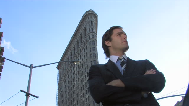 new york city, new york, usaone business man is standing in front of the flat iron building - 25 29歳点の映像素材/bロール