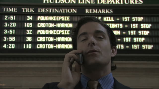 vídeos de stock e filmes b-roll de new york city, new york, usaone business man is talking on the mobile phone at the station - fato completo