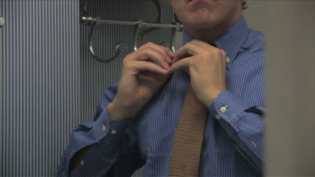 stockvideo's en b-roll-footage met new york city, new york, usaone business man is wearing the tie - overhemd en stropdas