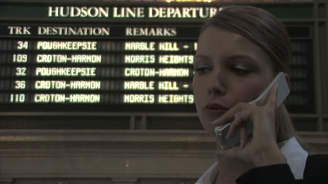 vídeos de stock, filmes e b-roll de new york city, new york, usaone business woman is talking on the mobile phone at the station - sinal informativo