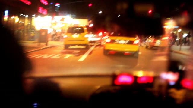 vidéos et rushes de new york city de nuit en taxi - yellow taxi