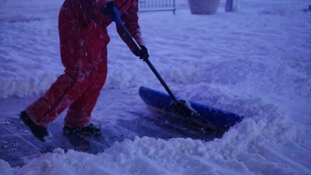 vídeos de stock e filmes b-roll de new york city on a snow blizzard storm day. urban streets covered with snow - pá para neve