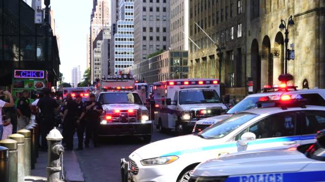 new york city police department emergency service unit, which was urgently dispatched at midtown manhattan new york city. - einsatzsirene stock-videos und b-roll-filmmaterial