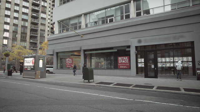 """new york city real estate - empty retail space with """"retail space for rent"""" sign on broadway near the flatiron building in midtown manhattan. wide... - 不動産の看板点の映像素材/bロール"""