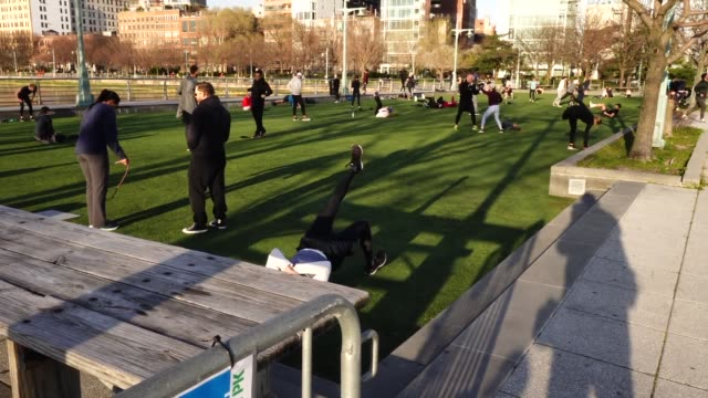 new york city residents flock to hudson river park in droves to exercise despite government orders practice social distancing and to stay at home - 人の肺点の映像素材/bロール