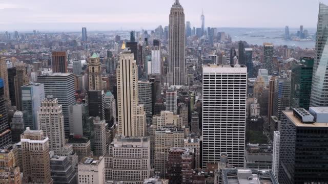 vidéos et rushes de vue aérienne de toits de ville de new york - central park manhattan