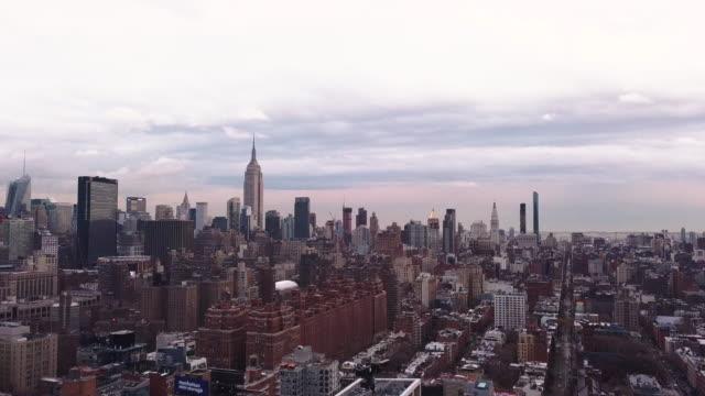 vídeos de stock, filmes e b-roll de new york city skyline aerial shot - centro de manhattan